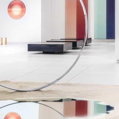 """Rive Roshan mezcla diseño con escultura para crear """"milagros ordinarios"""" en exposición del Museo JAN"""