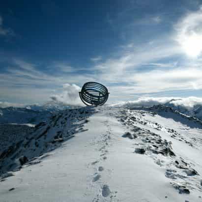 Olafur Eliasson posa gigante instrumento astronómico en la parte superior del glaciar