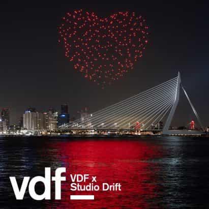 Estudio Drift utiliza aviones no tripulados para crear latidos del corazón por encima de Rotterdam, en homenaje a los trabajadores de salud