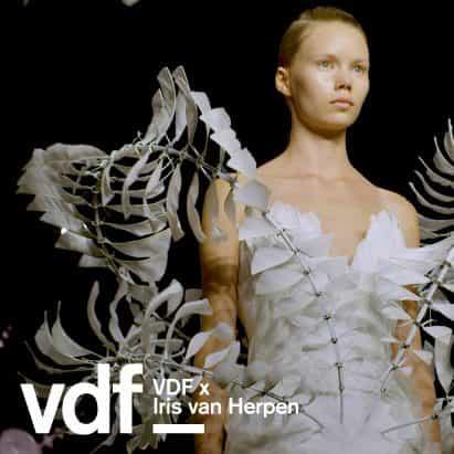 """""""El vestido infinito es el más difícil que he hecho"""", dice Iris van Herpen"""