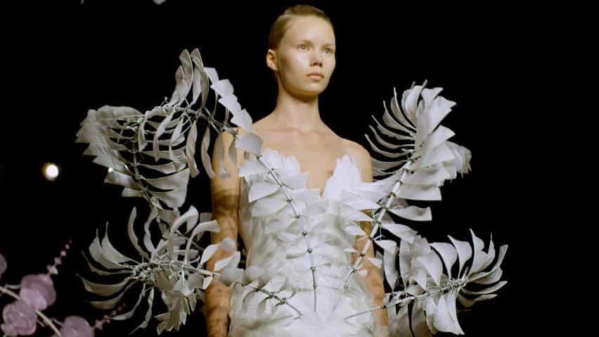 """Iris van Herpen """"espera que no se puede ver dónde comienzan sus prendas y los extremos de la piel"""""""