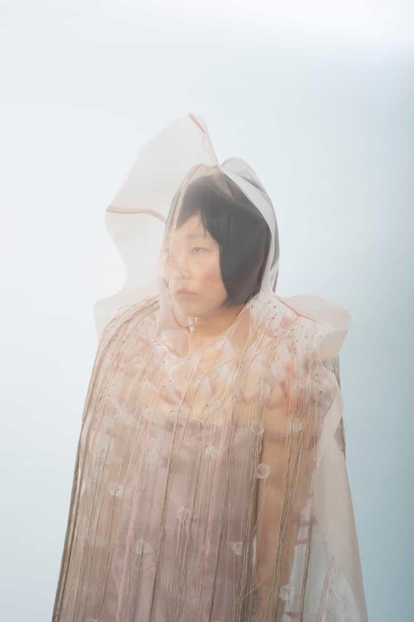 Violeta Zhou traduce estados mentales en la colección de moda etérea