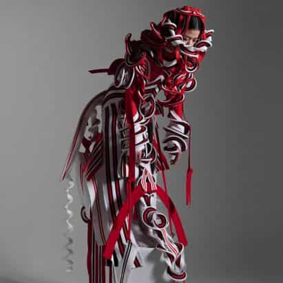 Ryunosuke Okazaki crea vestidos de alta costura informados por cerámica de la era Jōmon