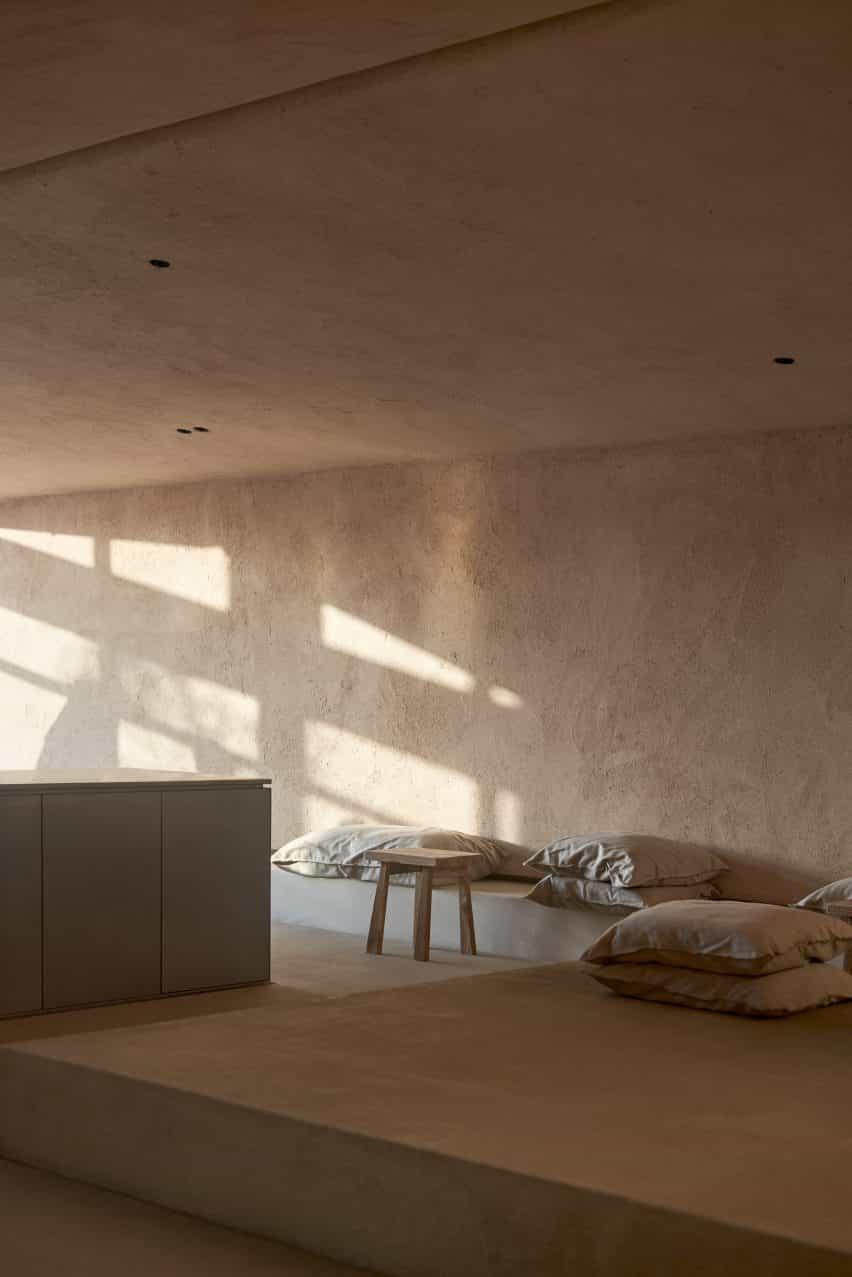 salón con paredes de arcilla gama rústica yesos por Clayworks