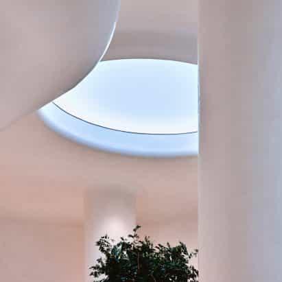 Oculus es un lucernario artificial que refleja el color real del cielo fuera