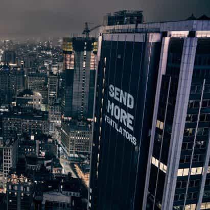 """Los manifestantes se iluminan rascacielos de Nueva York con """"Enviar más ventiladores"""" proyección"""