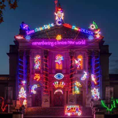 Chila Kumari Singh Burman sobrescribe fachada neoclásica de la Tate Britain con la instalación de neón de Diwali