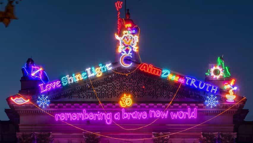 Frontón de la instalación Recordando a un mundo feliz por Chila Kumari Sigh Burman para la Tate Britain