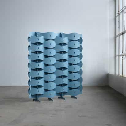 Else-Rikke Bruun teje una pantalla flexible de chapa textil de madera