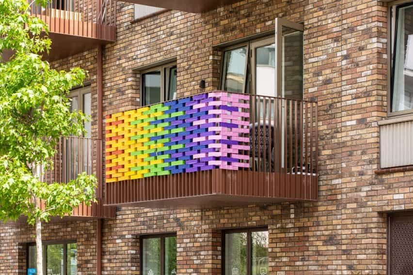 Balcón prototipo para la instalación de diseño RAW del arco iris por Studio curiosidad en Londres, Reino Unido