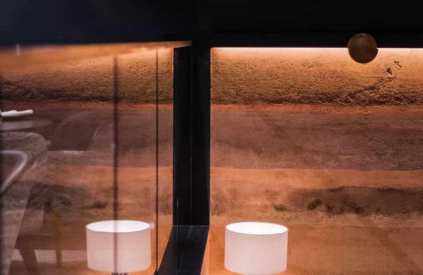 Las paredes cubiertas con la Tierra Rammed acaban con el yeso de arcilla por ClayWorks
