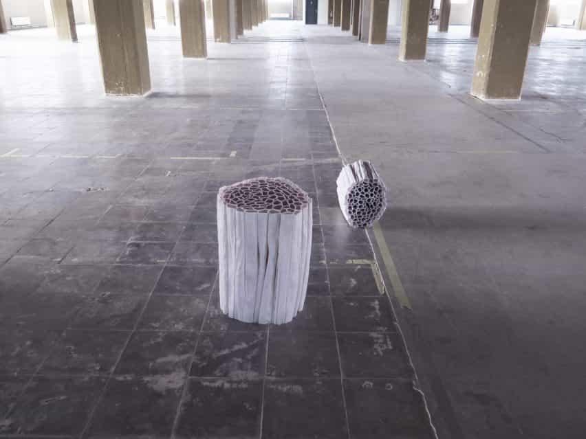 Pao Hui Kao hace colección de muebles de papel de los plisados de papel de calcar
