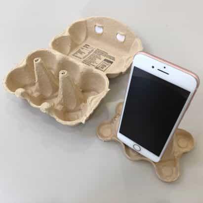 Pablo hace Priestman soporte teléfono inteligente bricolaje de un cartón de huevos para videollamadas