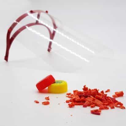 El plástico reciclado convertido en protectores de la cara y manos libres tiradores de las puertas para luchar contra el coronavirus