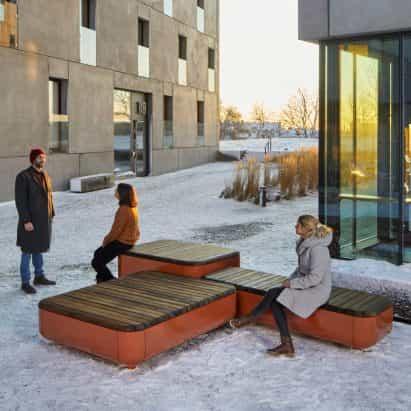 """Vestre presenta diseños de mobiliario urbano que actúan como """"lugares de encuentro sostenible e inclusivo"""""""