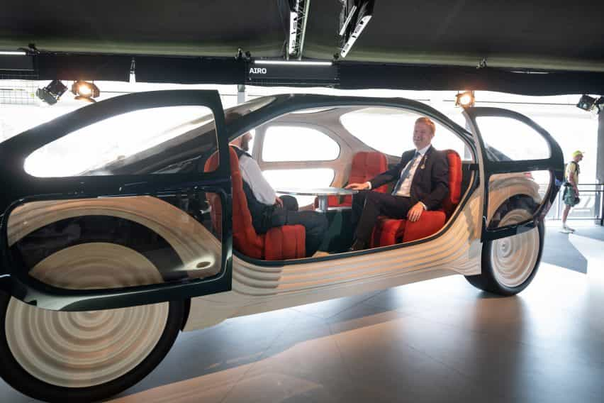 Thomas Heatherwick y Oliver Dowden en el prototipo de Airo