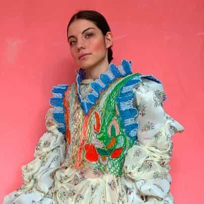 Alexandra Sipa teje descarta cables eléctricos juntos como encaje para colección de moda graduado