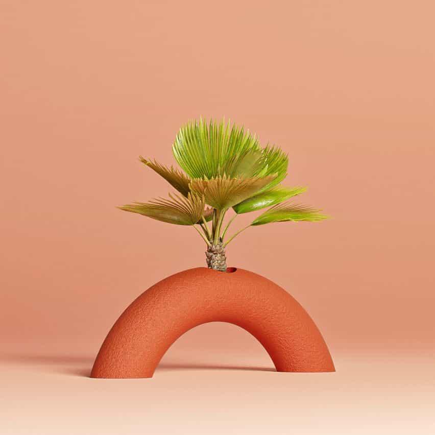 Las plantas sobresalen de los objetos de Studio Hai