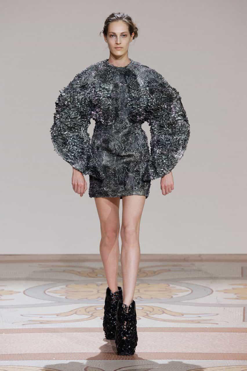 Iris van Herpen colaboró con el diseñador holandés Jolan van der Wiel en una serie de vestidos magnéticas hechas de resina mezclada con limaduras de hierro