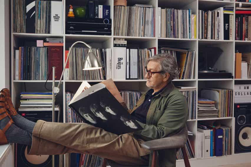 lámpara de pie aniversario 90a Bestlite en una biblioteca