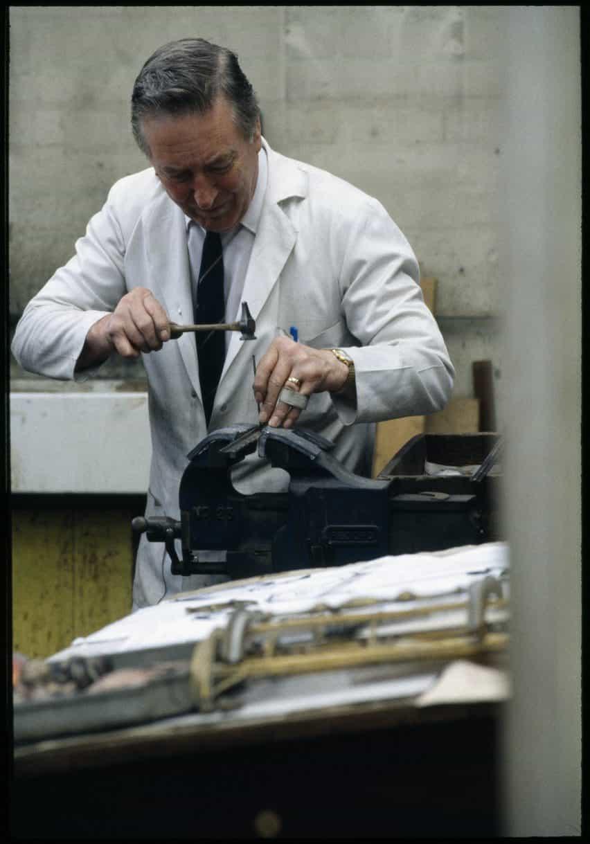 La producción de la lámpara de pie Bestlite 90 aniversario