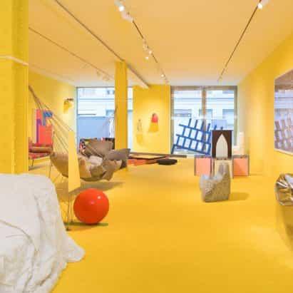amarillo brillante exposición Friedman Benda explora la comodidad en los muebles