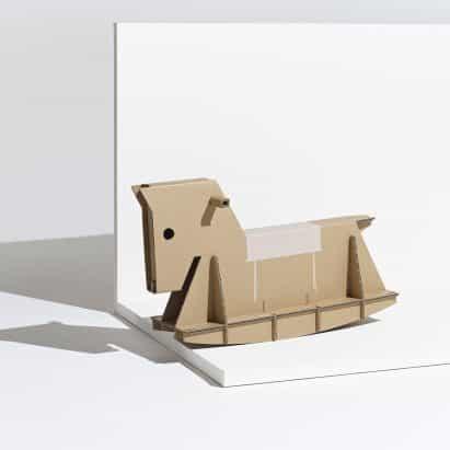 André Cardoso transforma la caja de cartón Samsung Eco-Package en un caballo balancín