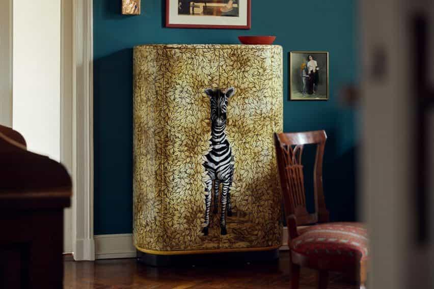 Gabinete curvado zebra de Fornasetti