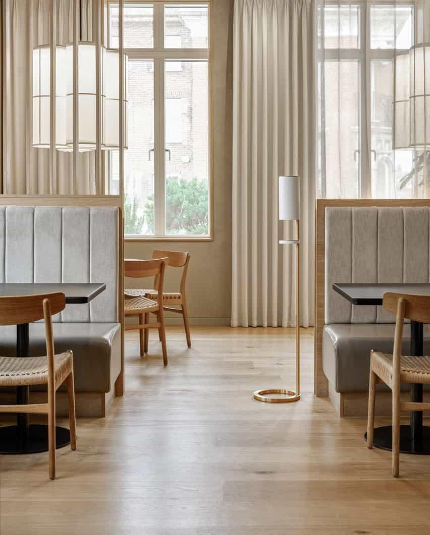 Estación de desinfectante de manos independiente blanca en un restaurante contemporáneo lleno de luz