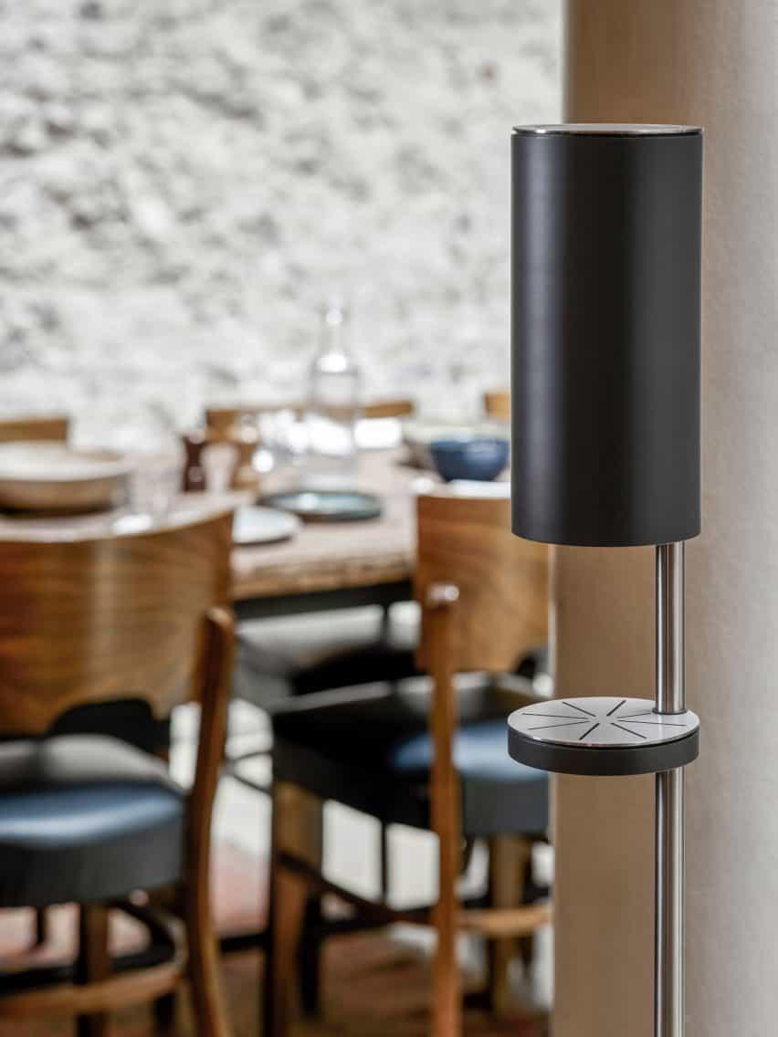 Una fotografía del dispensador de desinfectante de manos independiente RS11 por Link Arkitecktur para Vola