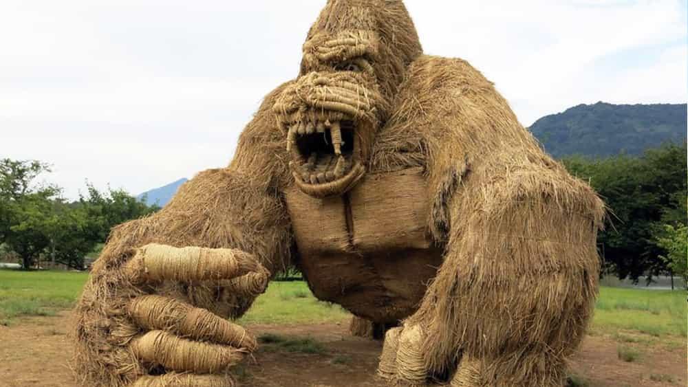 Increíbles criaturas de paja invaden ciudad japonesa