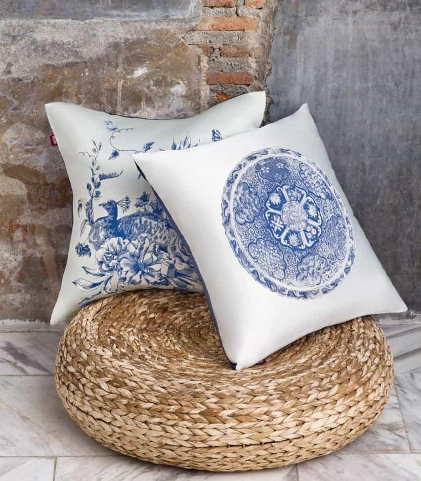Cojines blancos con motivos azules y blancos